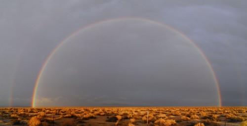 Regnbue over ørkenen.