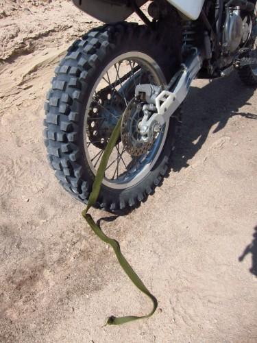 Efter et i øvrigt stille og roligt styrt i en sandbanke faldt enden af en af mine bagagestroppe ned i hjulet og blev rykket i stykker - opdagede jeg et par kilometer senere. Der er grænser for hvor meget PMV-remme kan holde til.