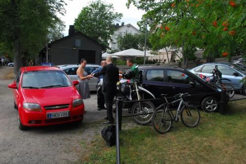 Andreas'  motorcykel væltede over i den røde bil mens vi var inde og se Olavinlinna borgen.