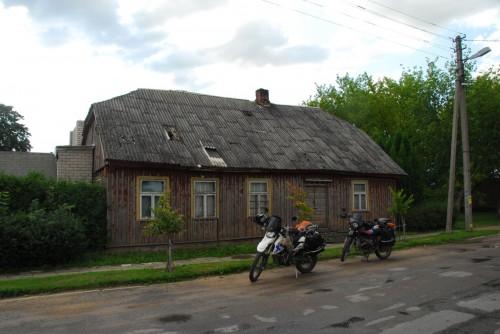 Vi handler ind i en lille, litauisk by, hvor vi måtte pege på varerne bag købmandsdisken - ingen af os taler Litauisk.