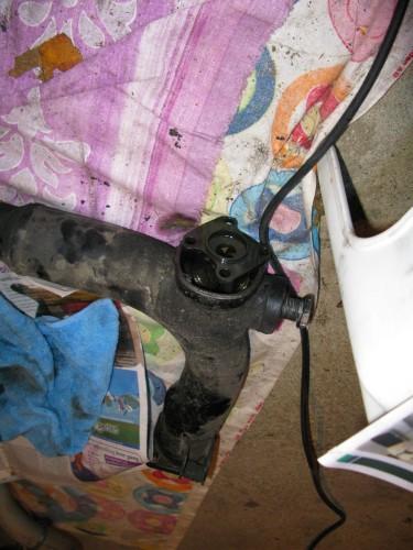 Det er min svingarm. Den der forbinder motorcyklens ramme med bagtøjet og dermed baghjulet. Inden i løber kardanakslen. Havde jeg fået min vilje var både svingarm og kardanaksel blevet forlænget 10 cm af en smed.