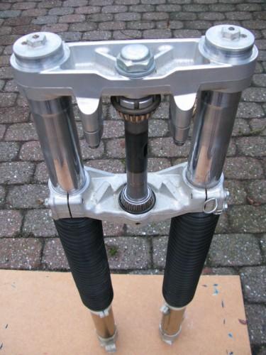 En toplækker Suzuki DR-Z400 forgaffel som jeg desværre ikke må sætte på. Rørene er hele 13 mm tykkere end standarden.
