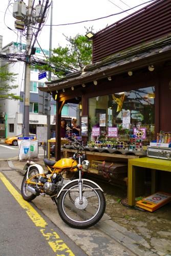En cool motorcykel i en af de små gader.