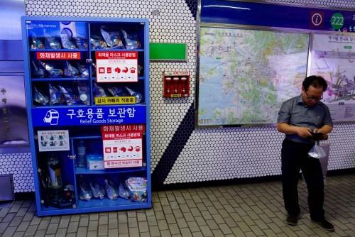 Sydkorea er et land klar til krig - her med gasmasker i undergrundsbanen.