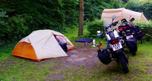 Klargøring af morgenmad ifa havregrød. Her på Knuts Camping Hamburg.