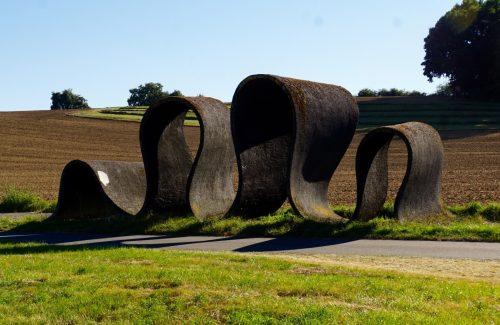 Langt ude på landet i Sydtyskland kan vejen findes noget udfordrende. De siger det er kunst.