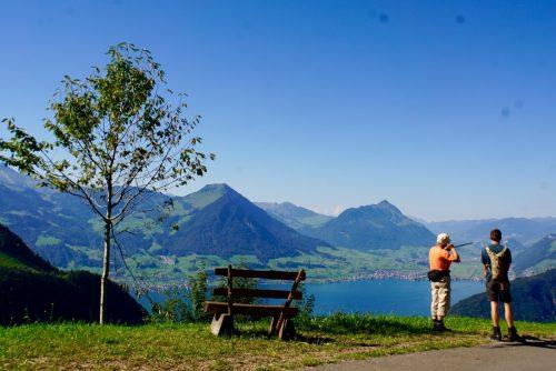 Fredy fortæller Andreas historier om flyvepladsen på den anden side af søen.
