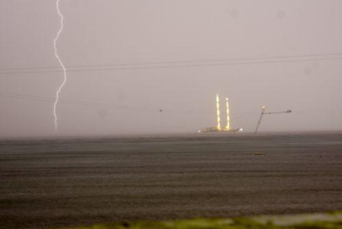 Mit første billede at et lyn! Det er ikke perfekt, men der er et lyn. Det var en spektakulær storm. De to lysende tårne er skibsmaster og tingen til højre en søjle til en kabel-surf-bane.