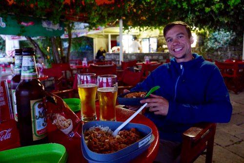 Hjemmelavet mad i strandbaren i Kotor.