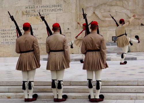 Vagtskifte foran den ukendte soldats grav i Athen.