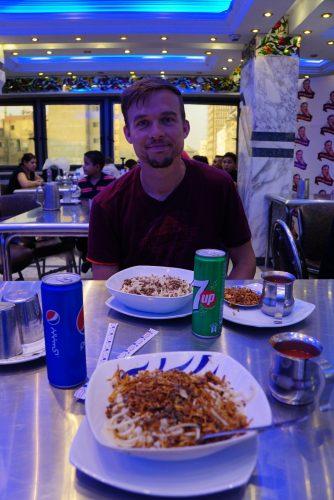 Egyptisk fast-food: kushari. En mix af spagetti, makaroni og ris, toppet med ristede løg og tomatsovs.