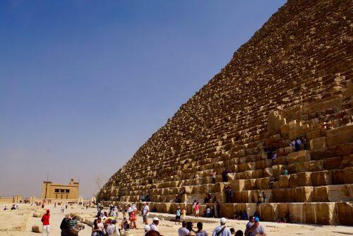 Det er lovovertrædelse at færdes på pyramiderne...
