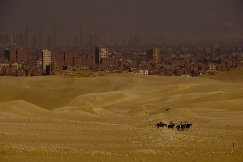 I forgrunden er sand, i baggrunden er smog. Generelt er luften støvet i Egypten.