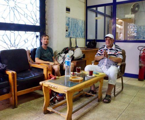 Tyrkisk te og snacks med fixeren Ahmed mens vi venter på at kontoret åbner.