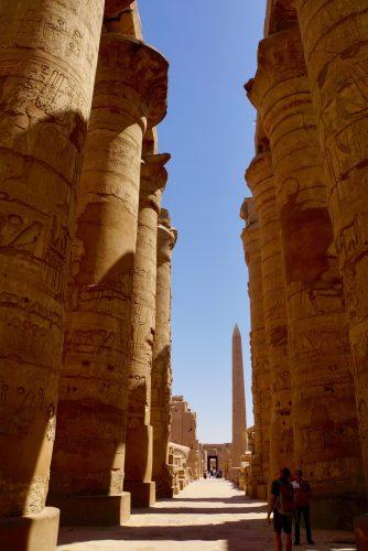 Kigger på søjler med guiden Nour i Luxor.