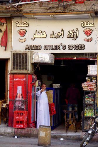 Ahmed hilser trofast, når vi flere gange dagligt passerer hans lille butik.