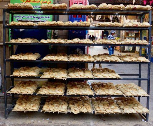 De lokale spiser brød som dette til alle måltider. Det smager ikke af noget, medmindre man putter marmelade på.