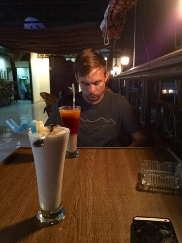 Aften efter aften i Aswan nyder vi en drink på en lokal cafe. Det er vores bedste mulighed til internet.