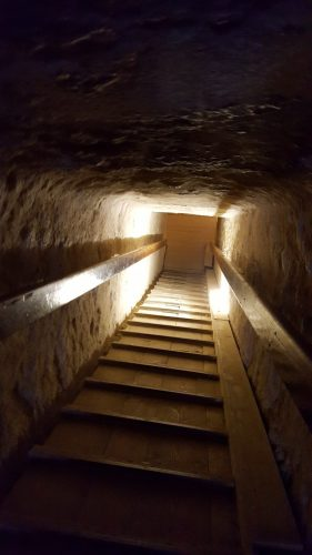 På vej ind i pyramidernes dyb.
