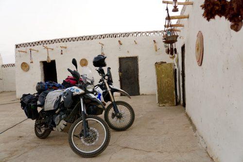 Motorcyklerne fik fornem parkering inde i gården af Magzoubs Nuban Guesthouse.