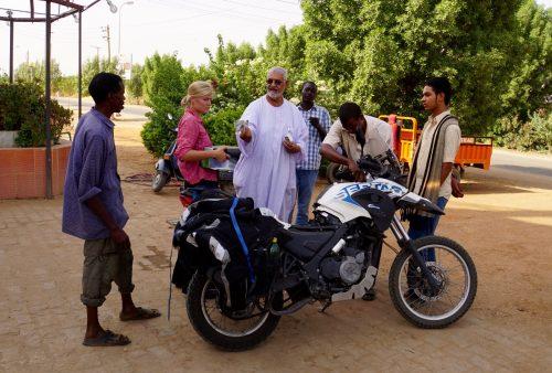 Adel, i den hvide kjole, sammen med mekanikerne.