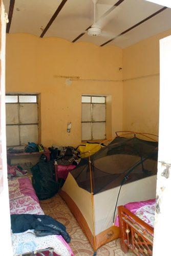 Vores værelse hos Omers familie. Teltet er sat op for at hindre myggestik mens vi sover.