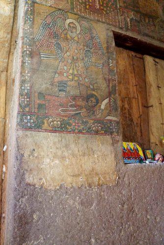 Lagdelt kirkevæg. Inderste lag består af en omgang grus, mudder og kolort, midterste lag af ler og yderste lag af nøjeanlagt maling.