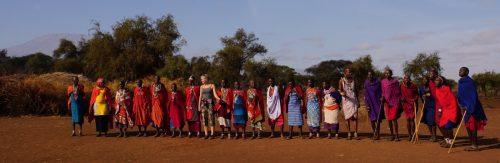 Jeg står sammen med størstedelen af maasaibyens befolkning. I baggrunden ses Mt. Kilimanjaro.