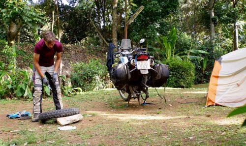Baghjulet er afmonteret og dækket skal tages af fælgen, så vi kan skifte slangen.