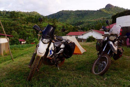 Teltpladsen foran hospitalet i den lille landsby Chesoweri.