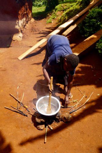Der skruges ned for komfuret ved at fjerne pinde fra bålet.