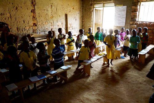 Børnehaveklassen. De hører til i lokalet uden belysning.
