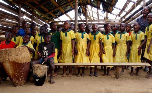 De ældste elever og Josephine optræder med sang og musik.