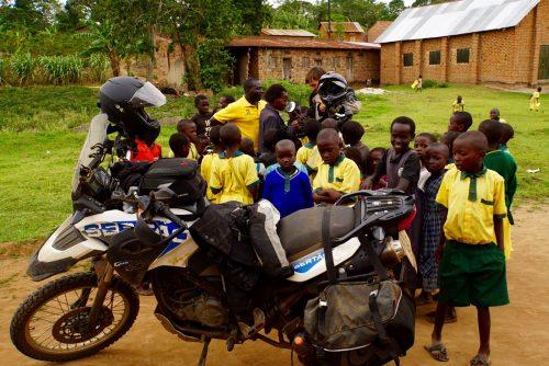 I skolegården fortælles om GPSen - lidt nemmere end at køre efter kompas, som de troede vi gjorde.