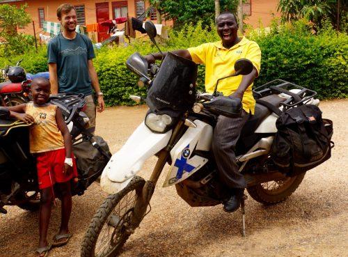 Volontørernes boda-boda-chauffør Joseph var helt oppe at køre over motorcyklerne.