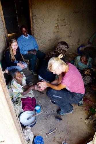 De to ældre kvinder er søstre. De bor på en madras på gulvet og spiser porrige, der er sammenkogt majsmel og vand - det ses i gryden i venstre side af billedet.