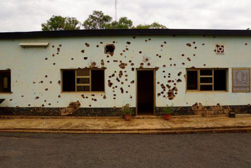 De 10 soldater søgte tilflugt i dette kontor, og forsvarede sig i flere timer med to pistoler, de havde lykkedes med at gemme, da deres våben blev konfiskeret. Men med en bataljon Rwandiske soldater på den anden side blev overmagten til sidst for stor. Det må have været forfærdeligt at sidde derinde og vente på hjælp, som aldrig kom.