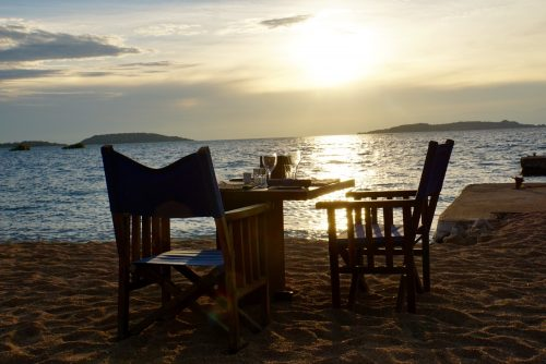 Vi spiste treretters menu hver aften lige ned til Lake Tanganyika.