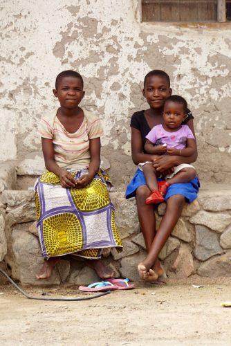 Pigerne her råbte efter os: Muzungu take a picture.